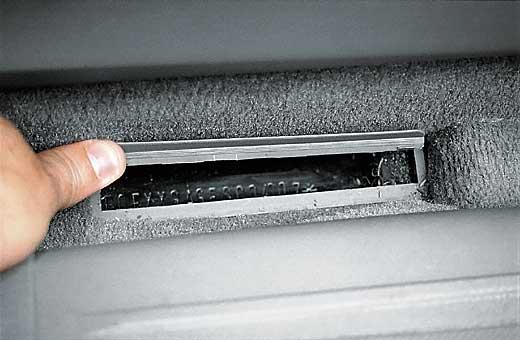 Расположение VIN-кода на полу у пассажирского сиденья