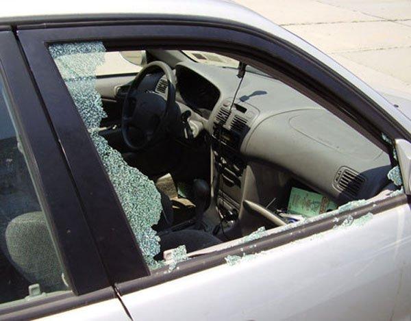Разбитое грабителями окно автомобиля