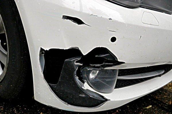 Разбитый автомобильный бампер