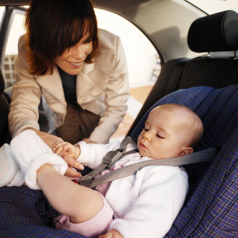 Ребенка необходимо пристегнуть в кресле