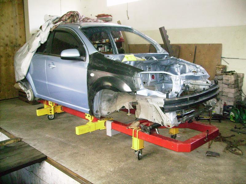 Рихтовку автомобиля производят с помощью специального оборудования