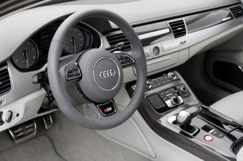 Вид водительского места Audi S8