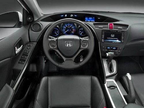 Вид салона Honda Civic 5D сзади