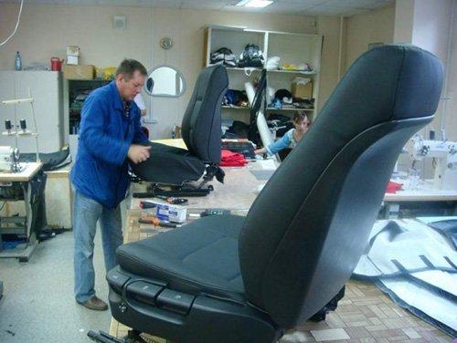 Собирать кресло лучше на отдельном стенде или столе