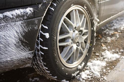Внимательно следите за состоянием покрышек при открытом хранении авто зимой