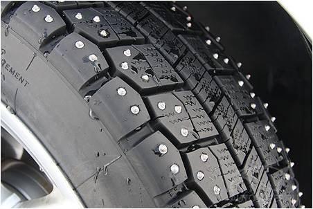 Шипованная шина автомобиля
