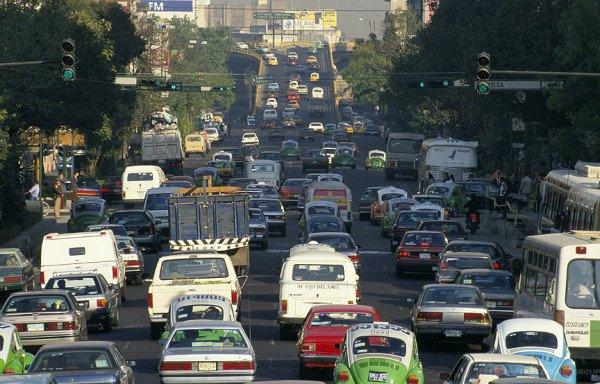 сложное маневрирование на автомобиле задним ходом в ограниченных проездах