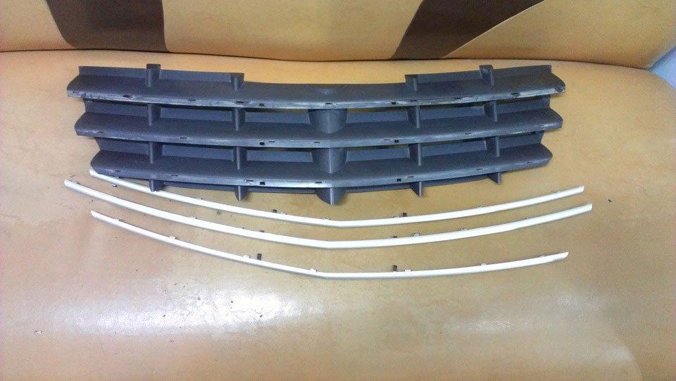 Для установки подсветки придется снять решетку радиатора