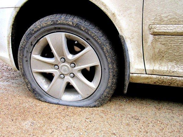 Почему спустило колесо