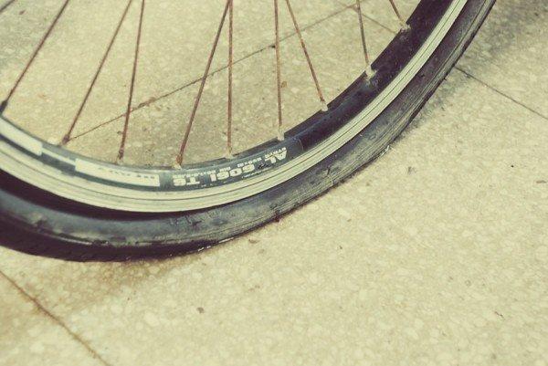 Если спускает колесо на велосипеде