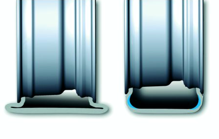 Наглядное сравнение обычной пустотелой шины (слева) и runflat (справа) при проколе