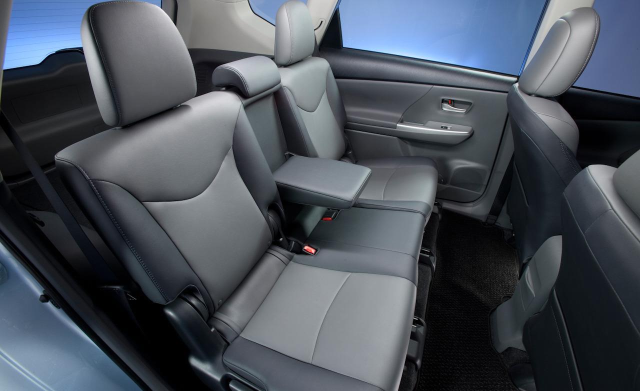 В автомобиле достаточно места для пассажиров заднего ряда сидений