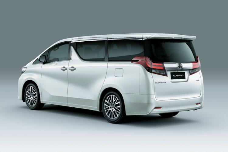 На фотоснимке Toyota Alphard 2020-2021 года