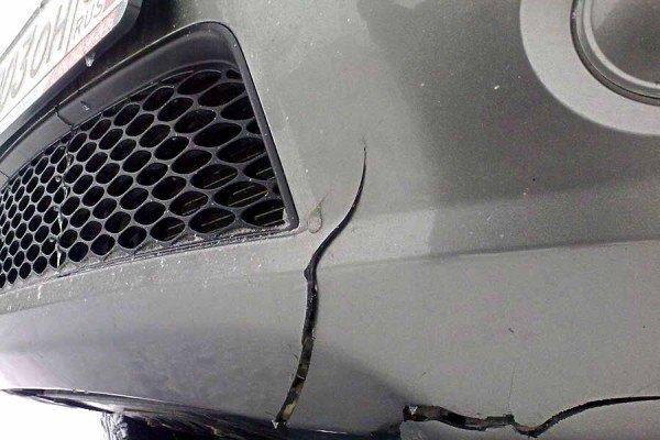 Трещина в бампере авто
