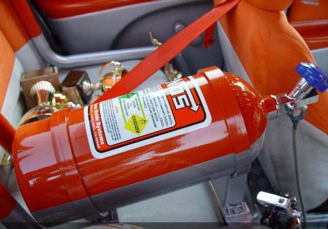 Баллон с закисью азота в автомобиле