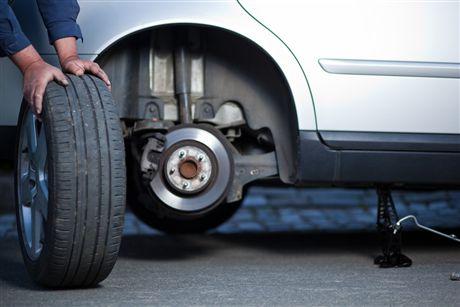 Замена колеса автомобиля в дорожных условиях