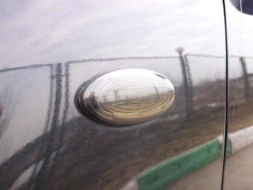 Демонтаж старых поворотников нужно делать аккуратно, чтобы не повредить лакокрасочное покрытие