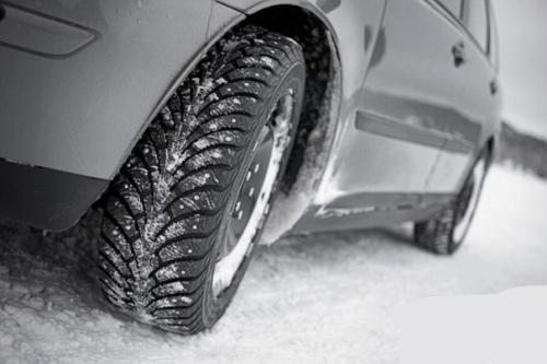 Шипованные зимние шины на заснеженной дороге лучшее средство от различных неожиданностей дороги