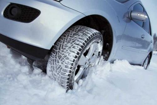Зимняя резина, стоящая на автомобиле